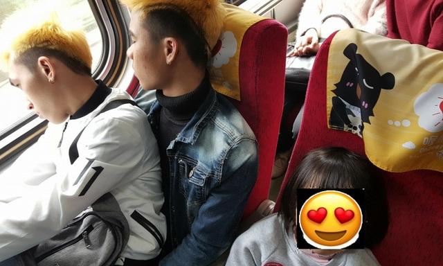 Bức ảnh cho thấy hai thanh niên, được cho là người Việt, ngồi chung ghế để nhường chỗ cho các em nhỏ (Ảnh: Ruian Wu)