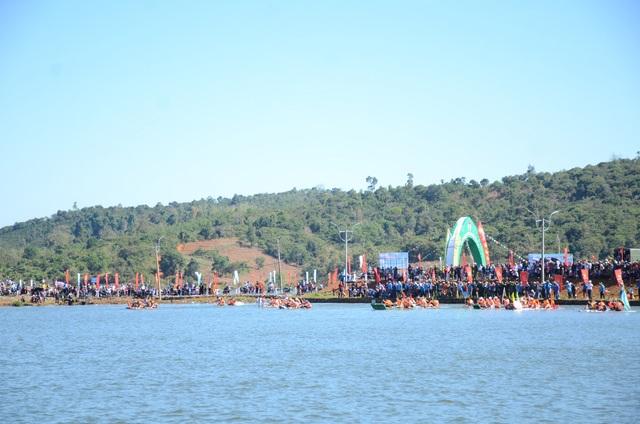 Giải đua thuyền diễn ra ngay lòng hồ trung tâm TX. Gia Nghĩa