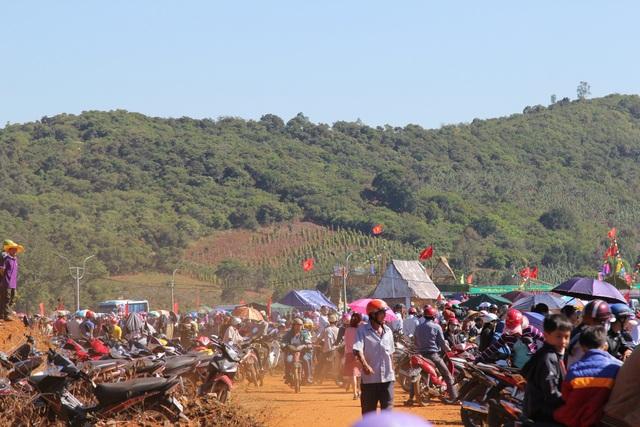 Hàng ngàn người cổ vũ đua thuyền trên… núi - 3