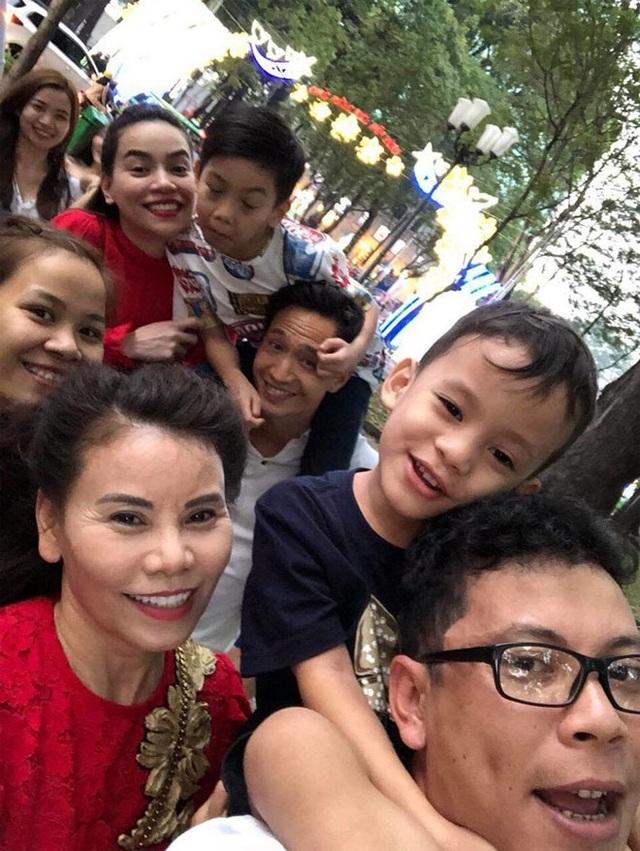 Kim Lý ngày càng được lòng con riêng và gia đình Hà Hồ - Ảnh 1.