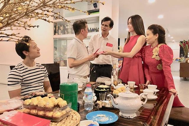 Kim Lý ngày càng được lòng con riêng và gia đình Hà Hồ - Ảnh 2.