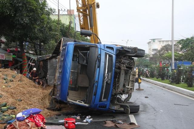 Chiếc xe chở dưa hấu bị lật nhào