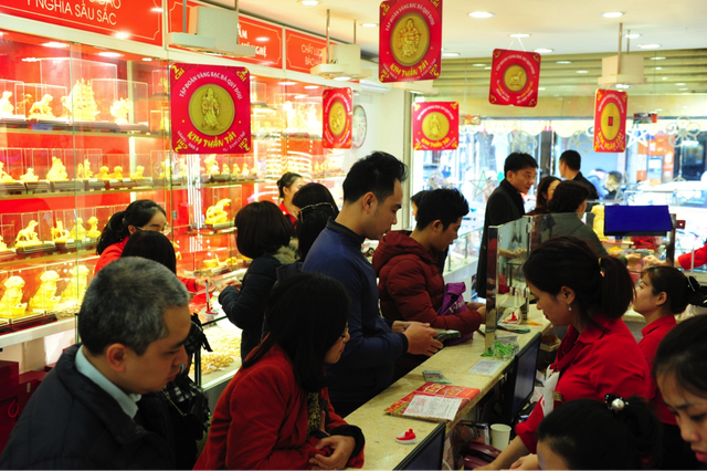 Từ 5 giờ sáng nay 25/2, dòng người xếp hàng đã len chặt tại các cửa hàng vàng để được mua những chỉ vàng đầu tiên của ngày Vía Thần Tài.