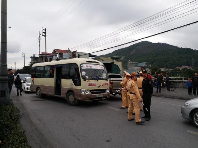 Do người dân tập trung đông, lượng xe ùn ứ lớn khiến giao thông tắc nghẽn tại BOT Biên Cương. Lực lượng công an được huy động đến để đảm bảo ATTTGT