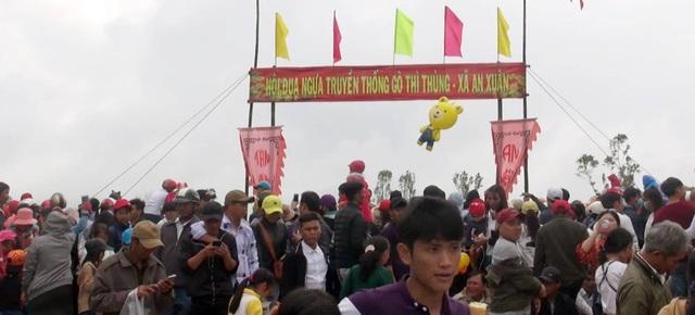 Rất đông người dân và du khách đến xem hội, cổ vũ cho các ngựa đua