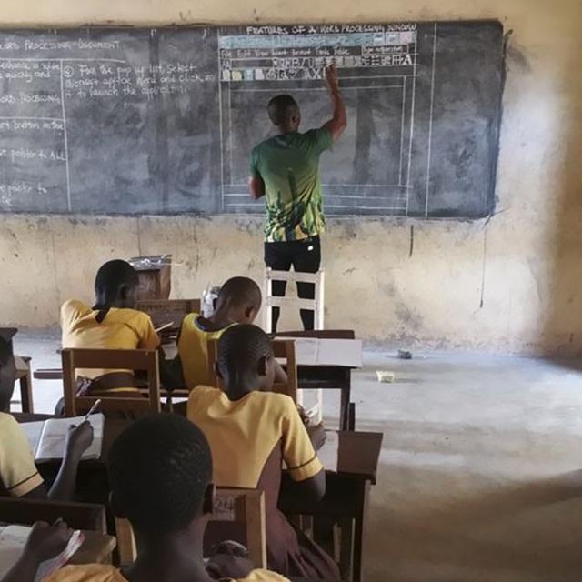 Thầy giáo Owura Kwadwo tại vùng Kumasi, Ghana dùng phấn và bảng đen để dạy IT.