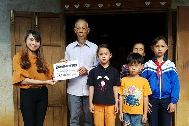 Đại diện chính quyền địa phương trao quà bạn đọc Dân trí tới gia đình Ngọc Trâm