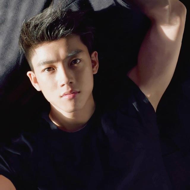 Sở hữu thân hình sáu múi và gương mặt điển trai, Khoa Nguyễn là người mẫu ảnh cho nhiều thương hiệu thời trang nổi tiếng.