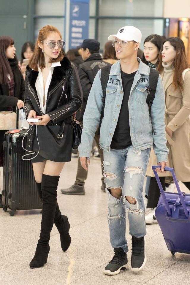Có mặt ở sân bay, cả hai đi bên nhau khá đẹp đôi.