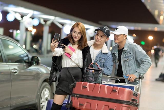 """Linh Chi cũng đăng tải hình ảnh cùng Lâm Vinh Hải trên trang cá nhân và chia sẻ: """"Chuyến đi đầu năm""""."""