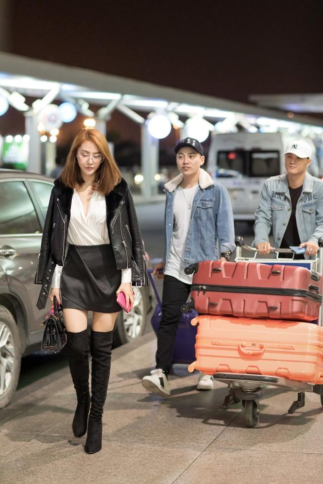 Trong khi đó, Linh Chi nổi bật không kém với bộ trang phục tông đen trắng với chân váy ngắn, boots cao, áo jacket da bóng sành điệu.