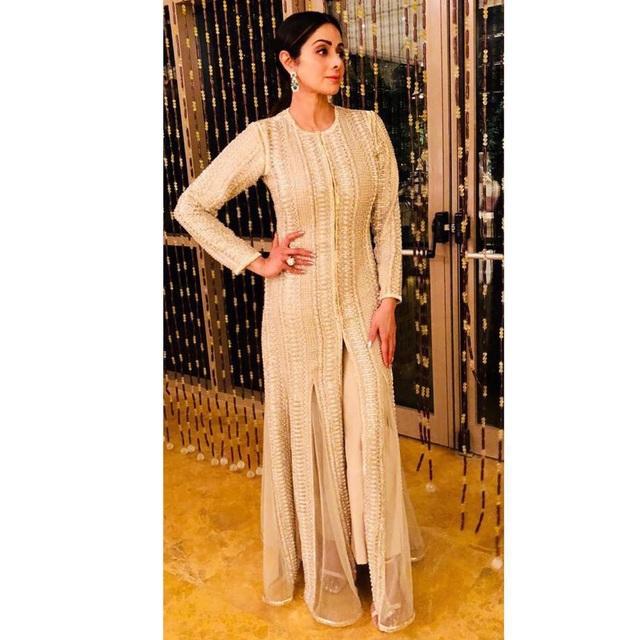Nữ ngôi sao điện ảnh đình đám Sridevi Kapoor đã đột ngột qua đời tại Dubai ngày 24/2 vừa qua sau một cơn đau tim. Cô ra đi khi mới 54 tuổi