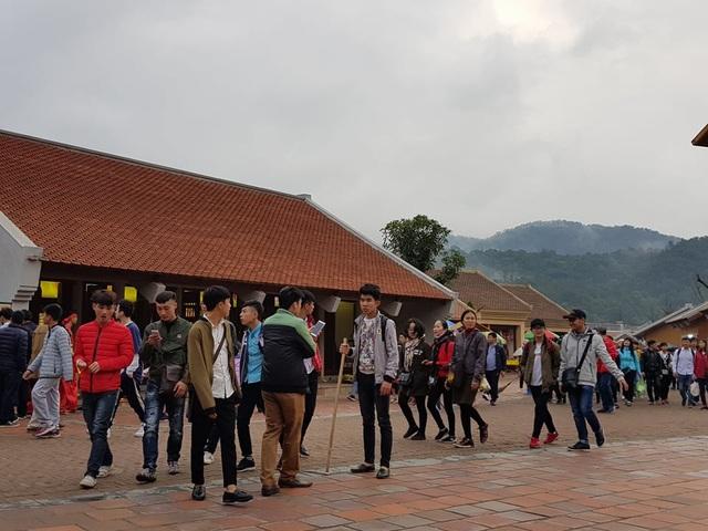 Mặc dù tái thu phí trở lại nhưng lượng khách đổ về Yên Tử vẫn không giảm