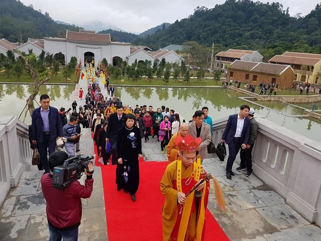 Đại biểu cùng tăng ni, phật tử tiến vào Trung tâm văn hóa Trúc tâm văn hóa, nơi tổ chức lễ hội