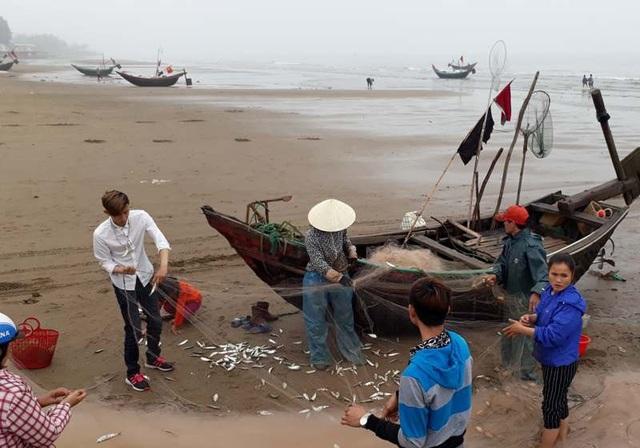 Ngư dân tập trung gỡ cá