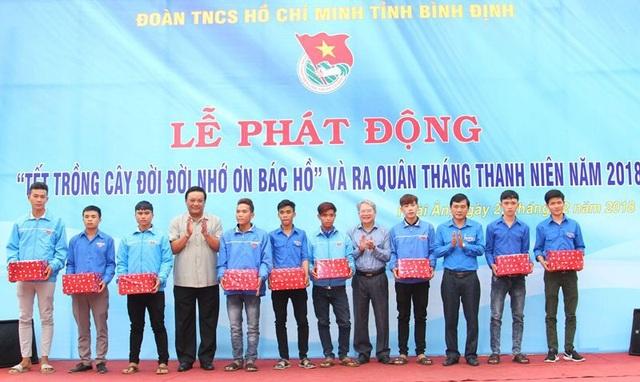 Lãnh đạo tỉnh Bình Định tặng quà cho thanh niên tiêu biểu tham gia Nghĩa vụ quân sự năm 2018.