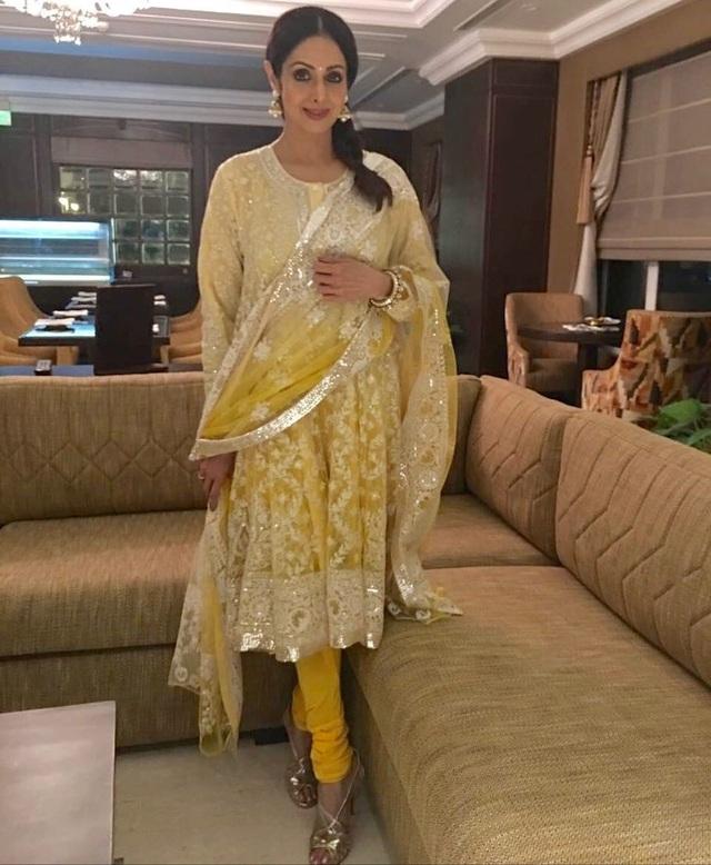 Sridevi từng giành hàng chục giải thưởng điện ảnh lớn nhỏ, được bình chọn là nữ diễn viên xuất sắc nhất Ấn Độ, ngoài ra cô còn là biểu tượng thời trang tại đất nước của Phật giáo.