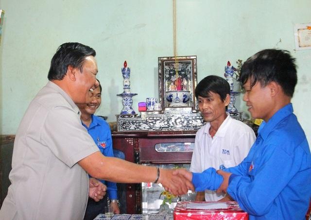 Phó Bí thư Thường trực Tỉnh ủy Bình Định Lê Kim Toàn đã đến thăm, tặng quà cho thanh niên Nguyễn Hữu Sĩ.