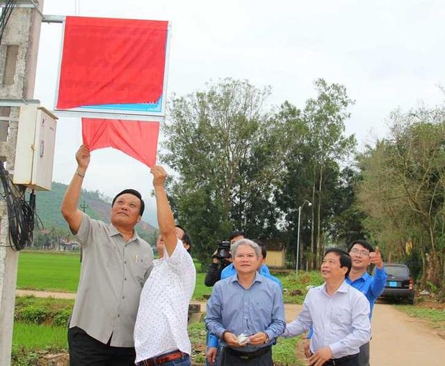 """Lãnh đạo tỉnh Bình Định thực hiện nghi thức khánh thành công trình thanh niên """"Thắp sáng đường quê"""" với chiều dài 1,6km."""