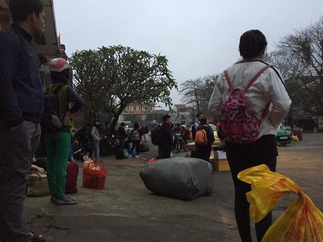 Nhiều hành khách xuống ga Huế gọi taxi các hãng Vàng, Thành Công, Mai Linh có ở sân ga nhưng không chiếc taxi nào chạy khoảng cách gần