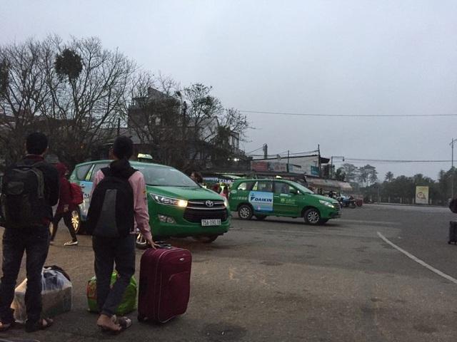 Nhiều hành khách không thể đi taxi về nhà khoảng cách gần ở ga Huế