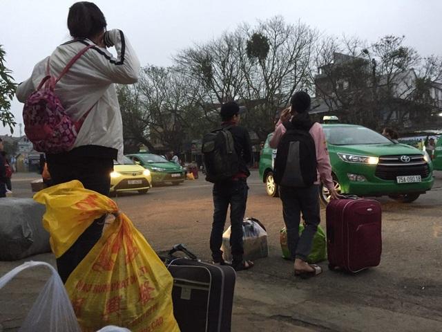 Đến 7h sáng vẫn còn hàng chục người chờ đợi trong khi taxi vẫn vô cảm đứng nhìn dân vật vạ