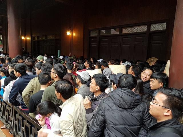 Đến trưa, hàng nghìn du khách vẫn chen chân nhau trên đường xuống thuyền đi tham quan khu du lịch Tràng An.