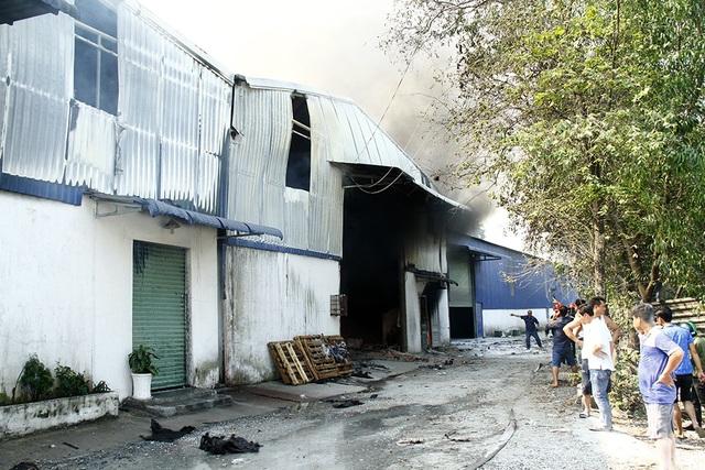 Một khu nhà xưởng bị lửa thiêu rụi nhiều tài sản.