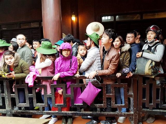 Du khách đứng chen chân nhau để xuống thuyền tại khu du lịch Tràng An ngày đầu năm mới Mậu Tuất 2018.