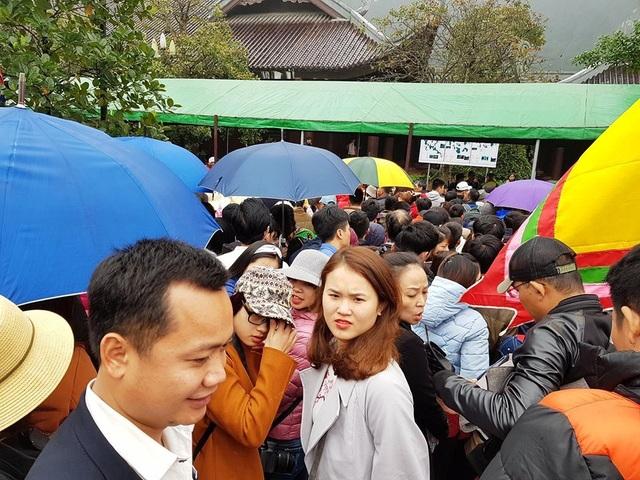 Nhiều người mua được vé, xếp hàng kiểu chen lấn không được có ý định quay ra những cũng không được vì đoàn người phía sau mình quá đông, không thể nhích chân được.