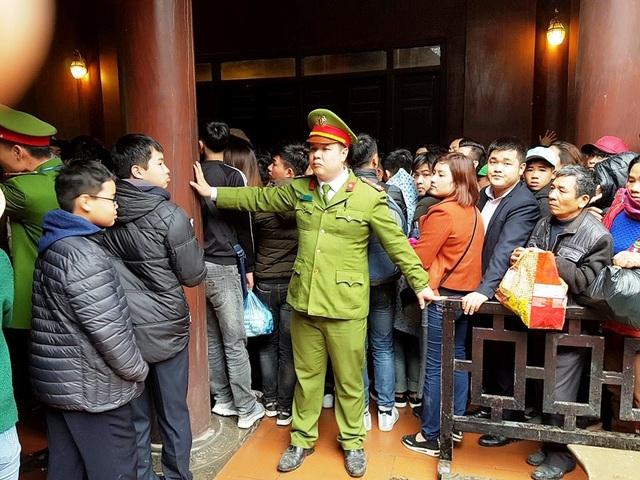 Lực lượng Công an huyện Hoa Lư (Ninh Bình) làm việt cật lực, căng mình dẹp an ninh trật tự nhưng nhiều lúc cũng đành bất lực trước dòng người quá đông cứ xô đẩy nhau vươn lên phía trước.