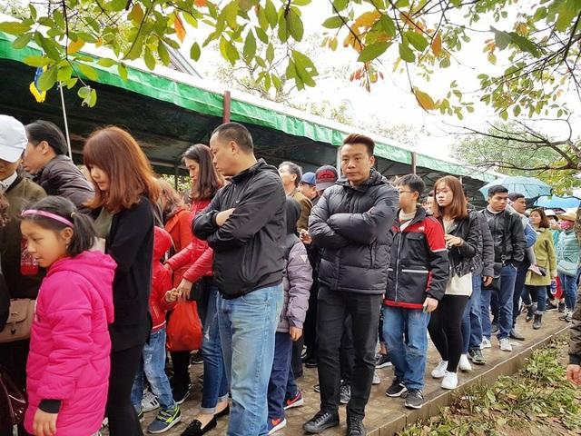 Sáng 25/2 (tức mùng 10 tháng Giêng), hàng vạn du khách từ khắp nơi đổ về Tràng An (Ninh Bình) du xuân, tham quan danh thắng đã khiến khu du lịch này quá tải nghiêm trọng. Khắp các nơi tại bến thuyền Tràng An đông kín người.