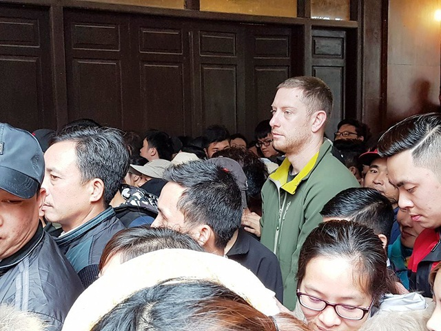Một du khách nước ngoài tỏ ra mệt mỏi khi phải hòa mình vào cảnh chen chân du xuân chỉ có ở Việt Nam.