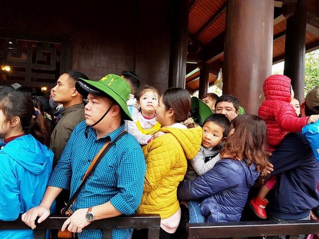Nhiều em bé được bố mẹ đưa đi chơi cũng phải chịu chung cảnh chen lấn với người lớn. Hai em bé được mẹ bế trên tay nhưng cũng tỏ do mệt mỏi khi phải đứng giữa dòng người chen lấn, ồn ào và ngộp ngạt.
