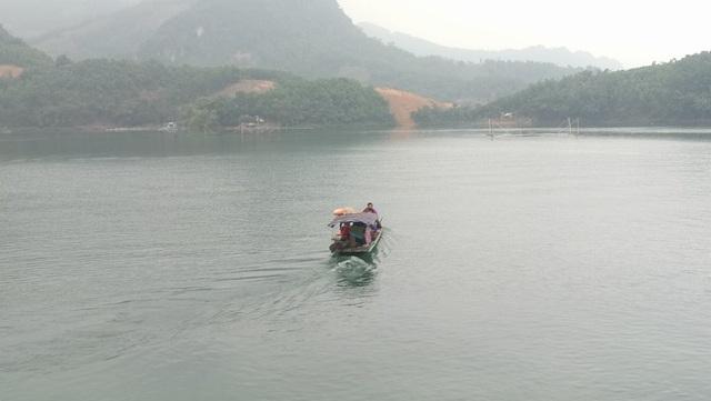 Để đến thăm em Tuyết Ngân ở Đảo Dừa, chúng tôi phải đi bằng thuyền máy