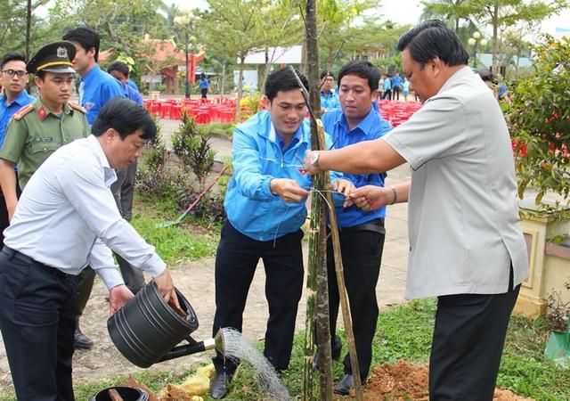 Các đồng chí lãnh đạo tỉnh Bình Định trồng cây xanh tại Khu Di tích lịch sử Núi Chéo (huyện Hoài Ân).
