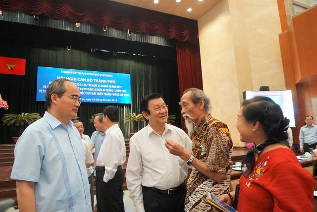 Nguyên Chủ tịch nước Trương Tấn Sang, Bí thư Thành ủy TPHCM Nguyễn Thiện Nhân trao đổi cùng đại biểu bên lề hội nghị
