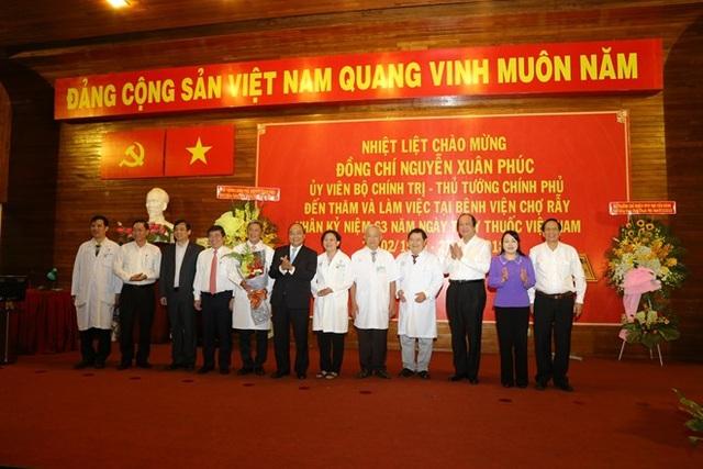 Thủ tướng Nguyễn Xuân Phúc chúc mừng các bác sĩ Bệnh viện Chợ Rẫy nhân ngày 27-2 - 1