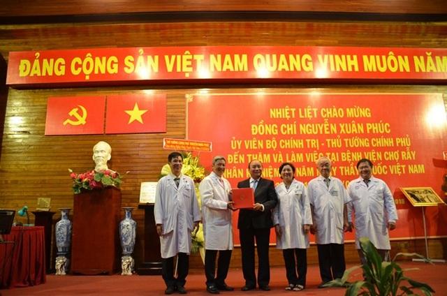 Thủ tướng tặng quà cho các bác sĩ BV Chợ Rẫy.