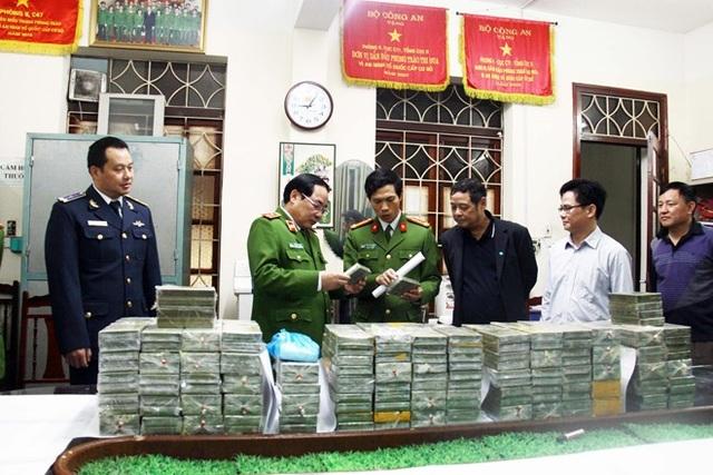Trung tướng Đồng Đại Lộc và Ban chuyên án kiểm tra 288 bánh heroin