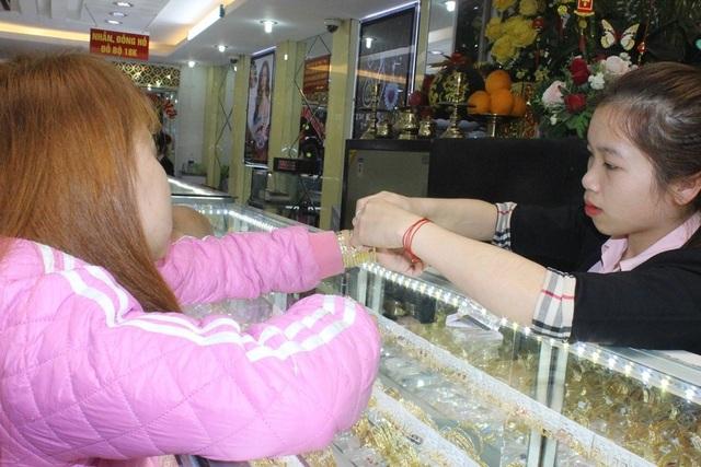 Lắc tay, nhẫn vàng, hoa tai đều hút khách trong ngày Vía Thần Tài