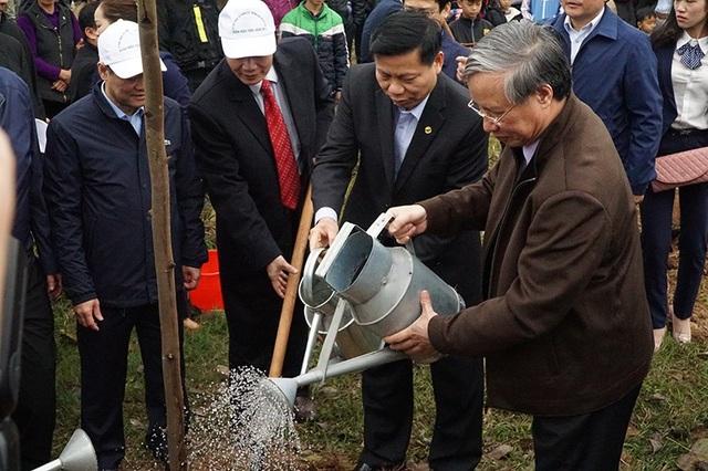 Ông Trần Quốc Vượng cùng các đại biểu trồng cây lưu niệm.
