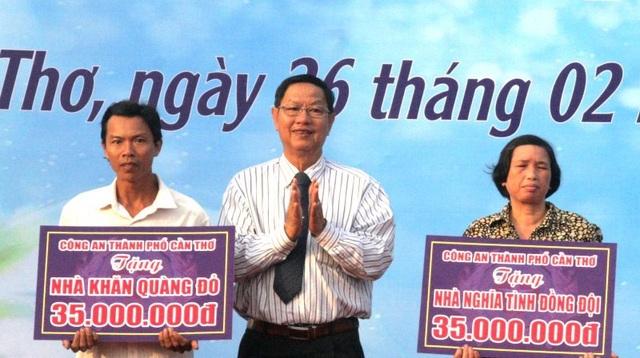 Ông Lê Văn Tâm trao nhà cho các gia đình có hoàn cảnh khó khăn