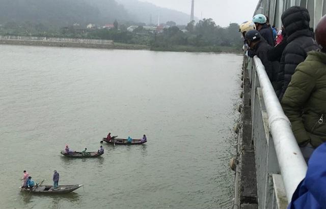 Người dân địa phương và người nhà đã phải huy động tàu thuyền nhỏ của dân để tìm người nhảy cầu.