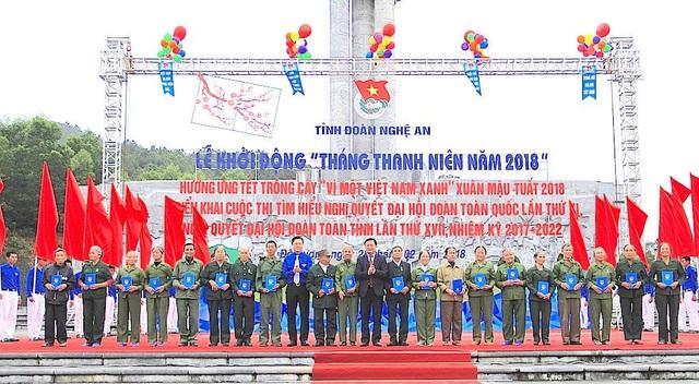 Ban tổ chức đã trao quà cho 20 cựu TNXP xã Mỹ Sơn, huyện Đô Lương.