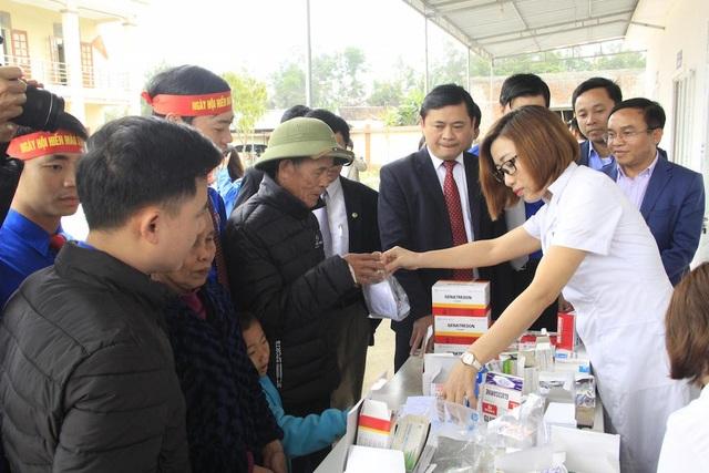 Khám phát thuốc miễn phí cho 300 người dân xã Mỹ Sơn, huyện Đô Lương.