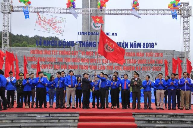 Ông Thái Thanh Quý - UV Dự khuyết Ban Chấp hành Trung ương Đảng, UV BTV, Trưởng Ban Dân vận Tỉnh ủy trao cờ hưởng ứng cho ĐVTN toàn tỉnh.