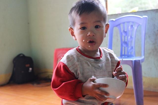Chứng kiến cảnh những đứa con anh Hoàng tự bưng bát cơm trắng ăn ngon lành ai cũng rơi nước mắt, có lẽ đối với chúng giờ đủ cơm để ăn là điều may mắn lắm rồi.