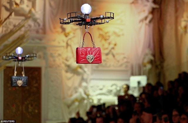"""Những thiết bị bay không người lái xuất hiện trên sân khấu trong nền nhạc của ca khúc """"All The Stars"""" do rapper Kendrick Lamar thể hiện."""
