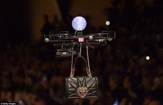 """Một chiếc """"drone"""" màu đen trình diễn với một chiếc túi xách màu đen. Phần trình diễn công nghệ này đã khiến các vị khách khá kinh ngạc."""